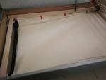 Vak je určený pro uložení přikrývky a polštáře. Je velice praktický, protože je schován za bočnicí postele a tak umožňuje udržovat čistotu pod postelí.